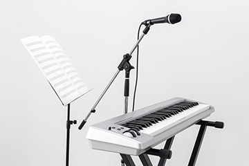 Keyboard and mic on stand
